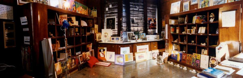 Cesare Pietroiusti con i Giochi del senso eo nonsenso - Invito alla Quadriennale 1996 - Veduta dell'installazione foto CP (960x309)
