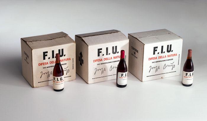 Joseph Beuys, Vino F.I.U., 1981-83, cartone contenente 12 bottiglie di vino rosè, etichetta stampata con la scritta F.I.U. per il progetto Difesa della Natura - Courtesy collezione privata, Milano.