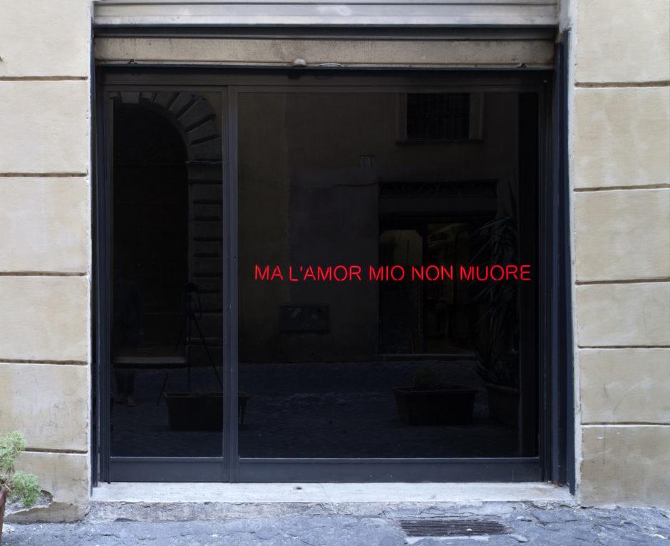 Claire Fontaine, Ma l'amor mio non muore -Courtesy the artist and T293, Napoli Roma. Foto di Maurizio Esposito