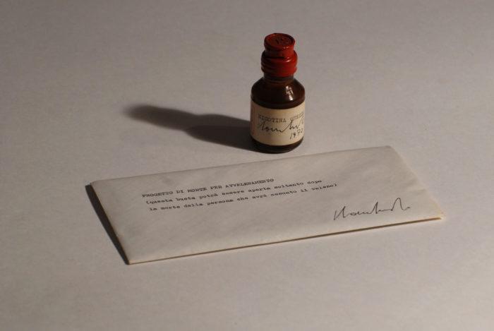 Sergio-Lombardo-Progetto-di-morte-per-avvelenamento-Nicotina-grezza-cod.-006-1970-Nicotina-grezza-boccetta-vetro-cera-lacca-lettera-in-