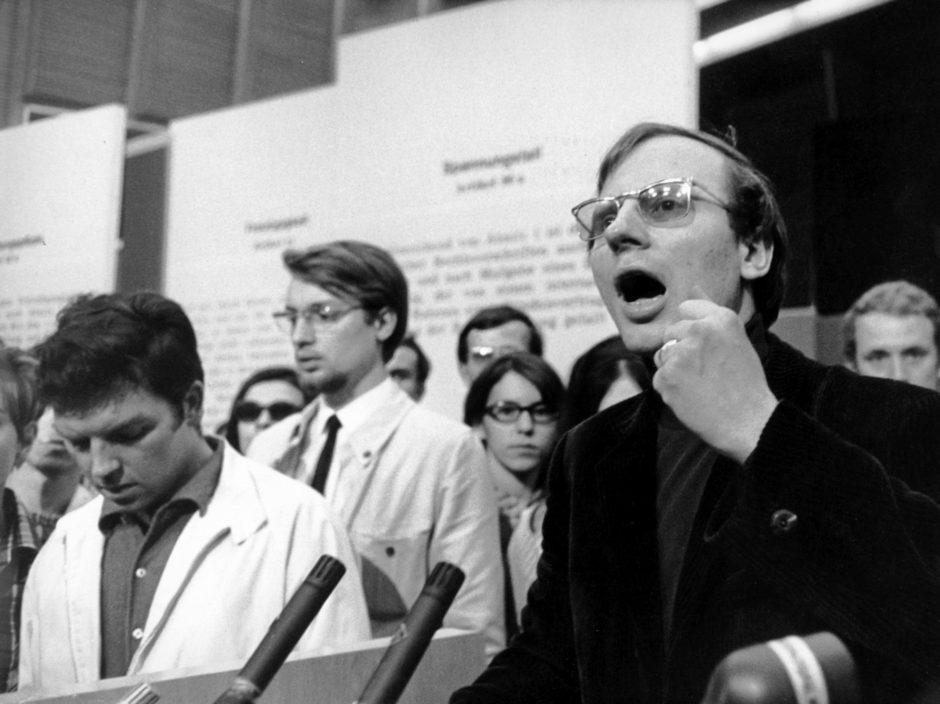 Speaker of the Socialist Student Union (SDS), Hans-Jurgen Krahl (r), at the lectern. On 28 May 1968, in the Grand Broadcasting Hall of the Hessischer Rundfunk in Frankfurt am Main, an event organised by prominent representatives from the fields of art and