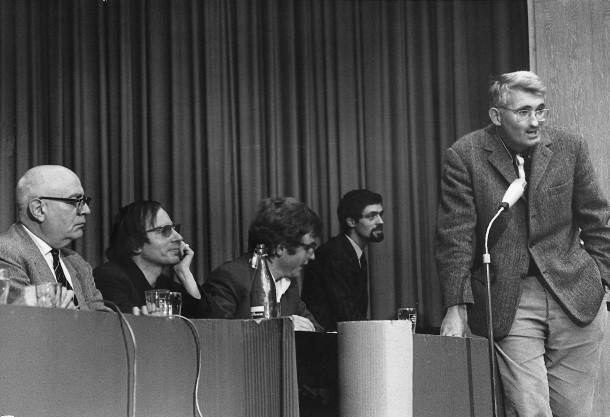 Da sinistra: Adorno, Krahl e, in piedi, Habermas, alla Buchmesse di Francoforte, 1968.
